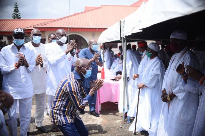 Dramatic Moment Oshiomhole Knelt Down To Beg Benin Council Of Chiefs For Forgiveness (Photos+Video)