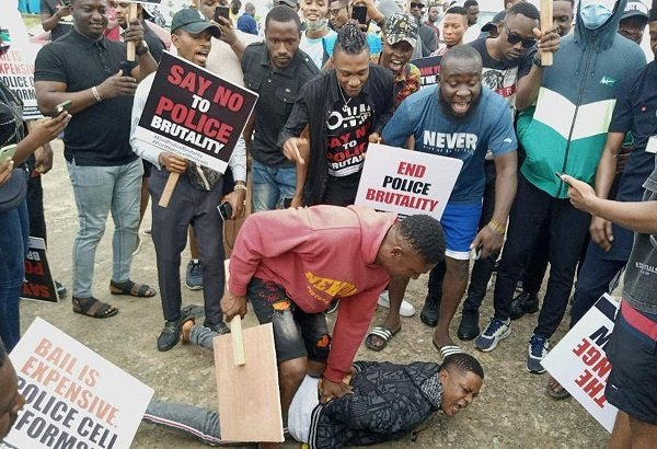 Drama: #EndSARS Protesters Lagos Arrest Man For Stealing Phone, Hand Him Over To Police